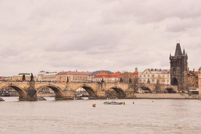 karlsbron sett från floden vltava.
