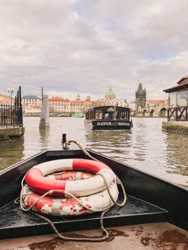 fören på båten med livbojar i på floden vltava.