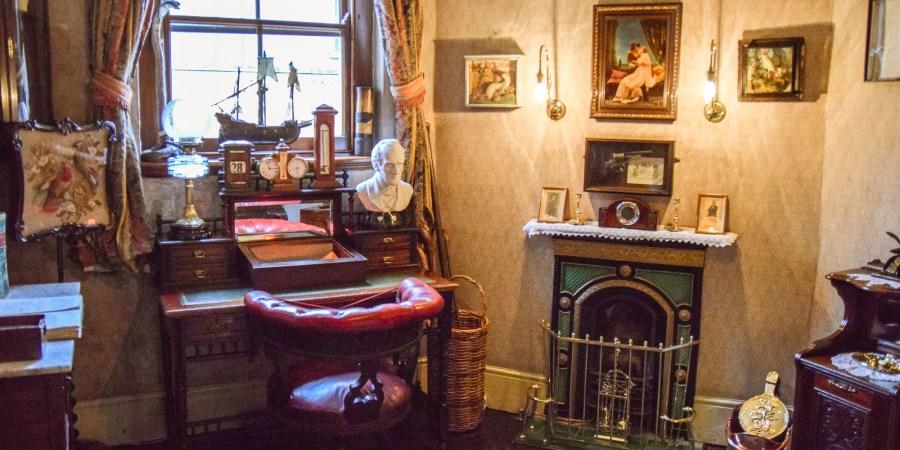 gamla möbler och en liten kakelugn i sherlock holmes hem.