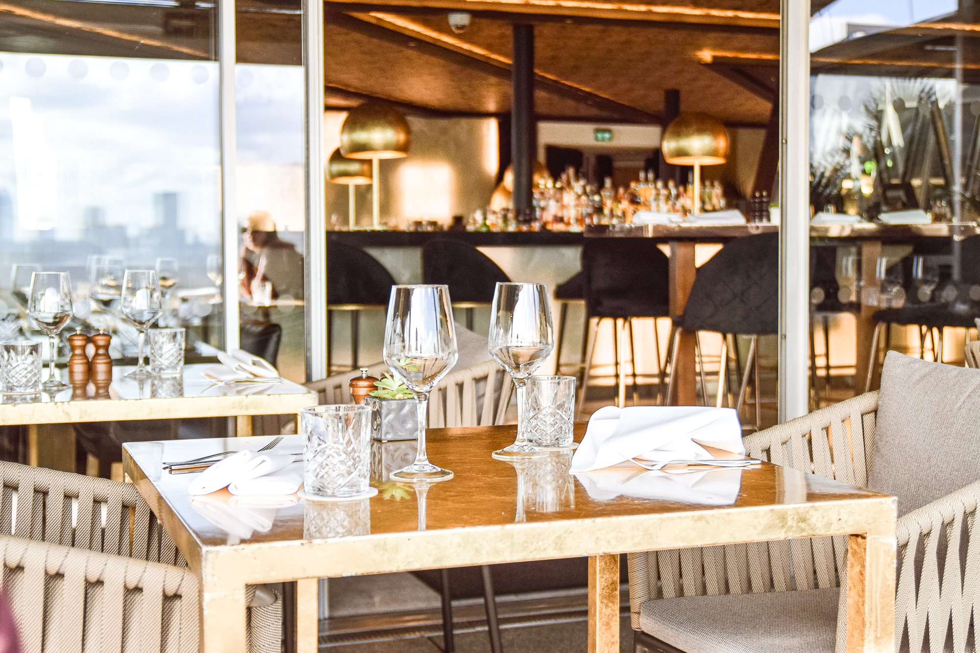 dukat bord med vinglas på takbaren radio rooftop.