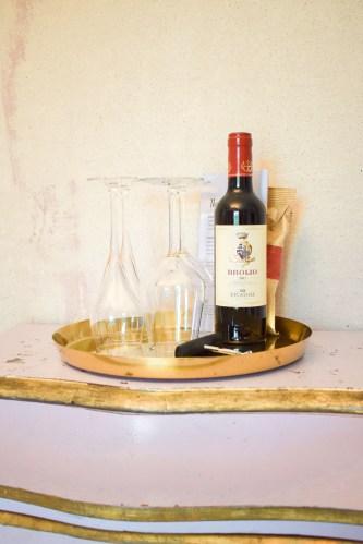 vinslaska och vinglas på en byrå.