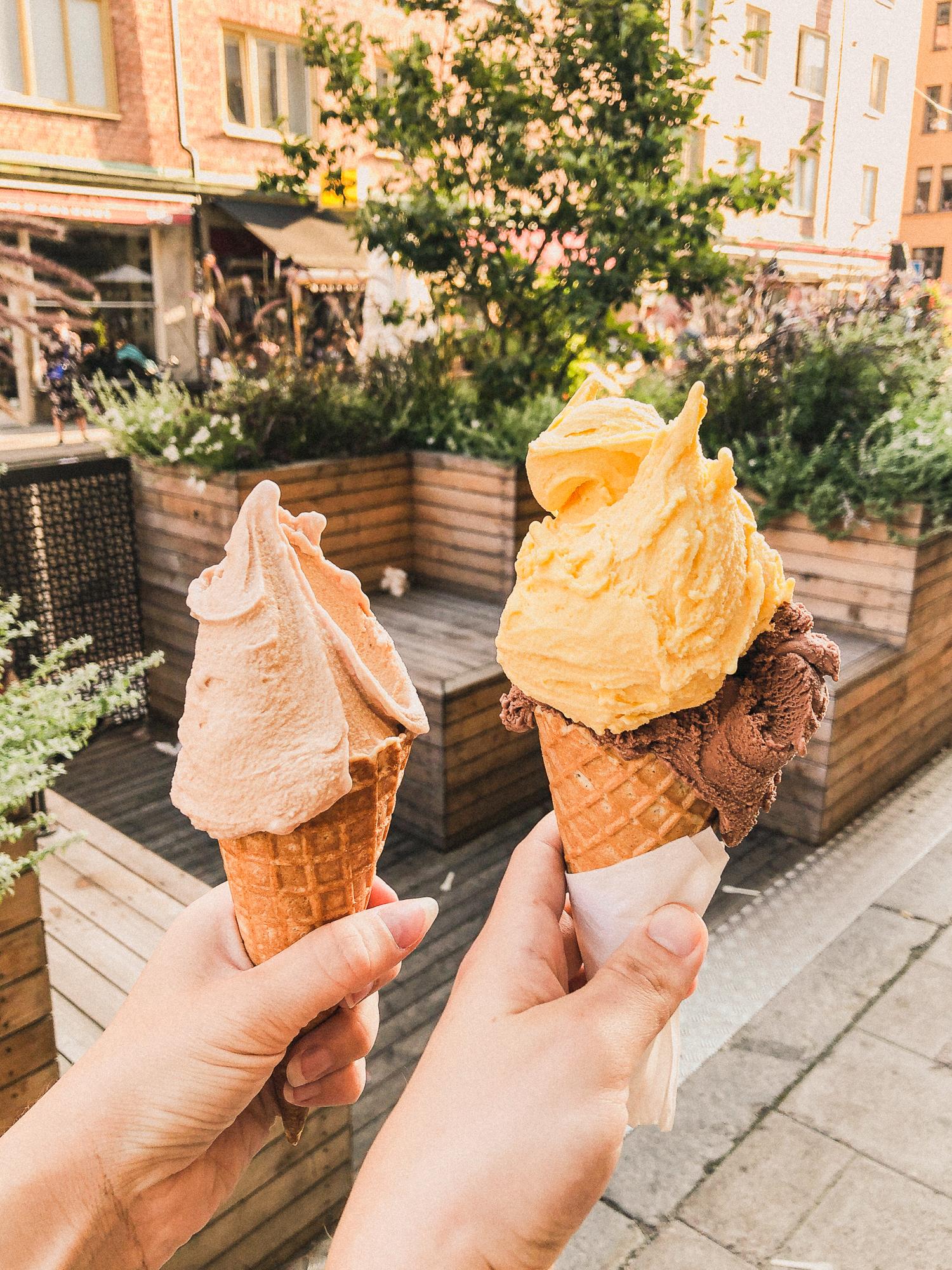 två glasstrutar på gata på Södermalm.