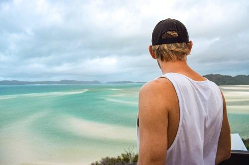 David tittar ut över whitehaven beach på whitsundayöarna.