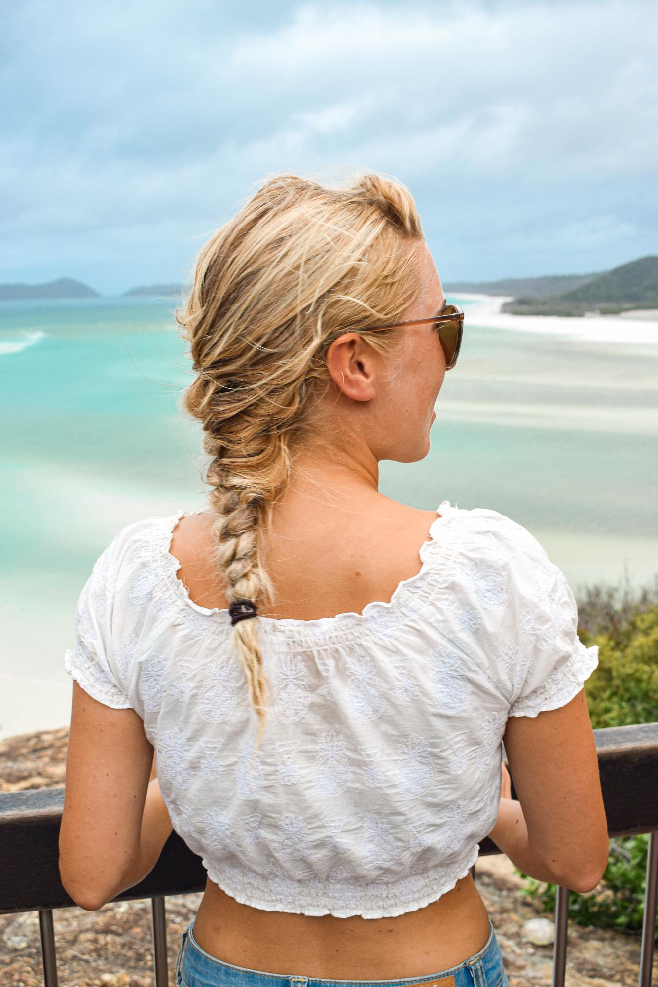 jag tittar ut över whitehaven beach i whitsunday islands.