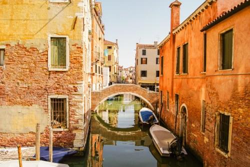 en stenbro över en kanal i venedig.