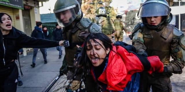 No pasa lo mismo en velorio narco: el registro de la brutal agresión de Carabineros a una fotógrafa en los incidentes del Instituto Nacional