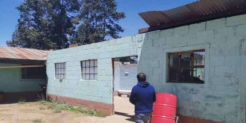 Â¡Por los aires! Fuertes vientos arrancan parte del techo de una escuela en Cantel