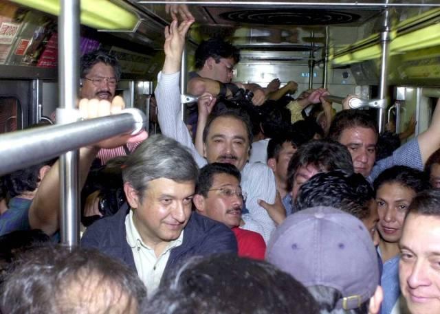 Junio de 2001. El jefe de Gobierno, Andrés Manuel López Obrador, regresa en Metro tras un evento