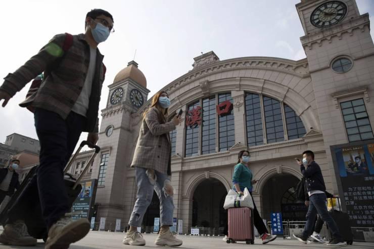 Coronavirus: en Wuhan sus habitantes vuelven a las calles tras meses de cuarentena