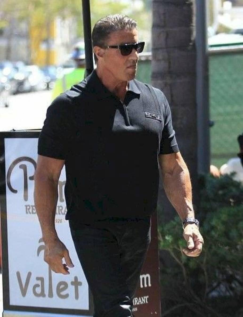 Sylvester Stallone luce un increíble cambio en su musculoso cuerpo a sus 74 años