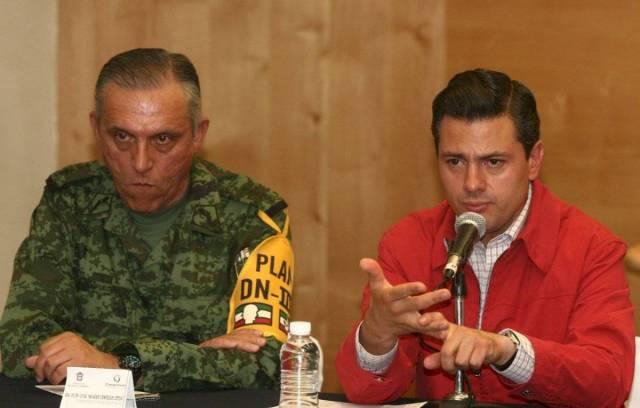 Salvador Cienfuegos Zepeda, General de División y comandante de la primera región militar, Enrique Peña Nieto, gobernador del Estado de México,