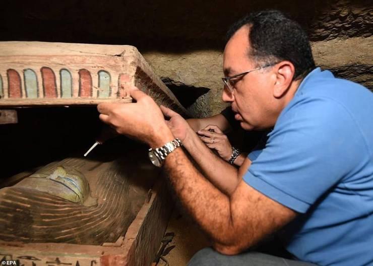 Autoridades de Egipto observando los sarcófagos.
