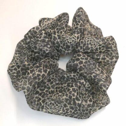 Scrunchie svart/beige leopardmönstrad stretchmesh