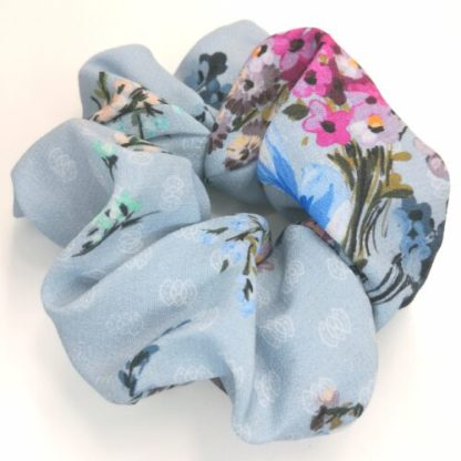 Scrunchie ljusblå blommig viscose