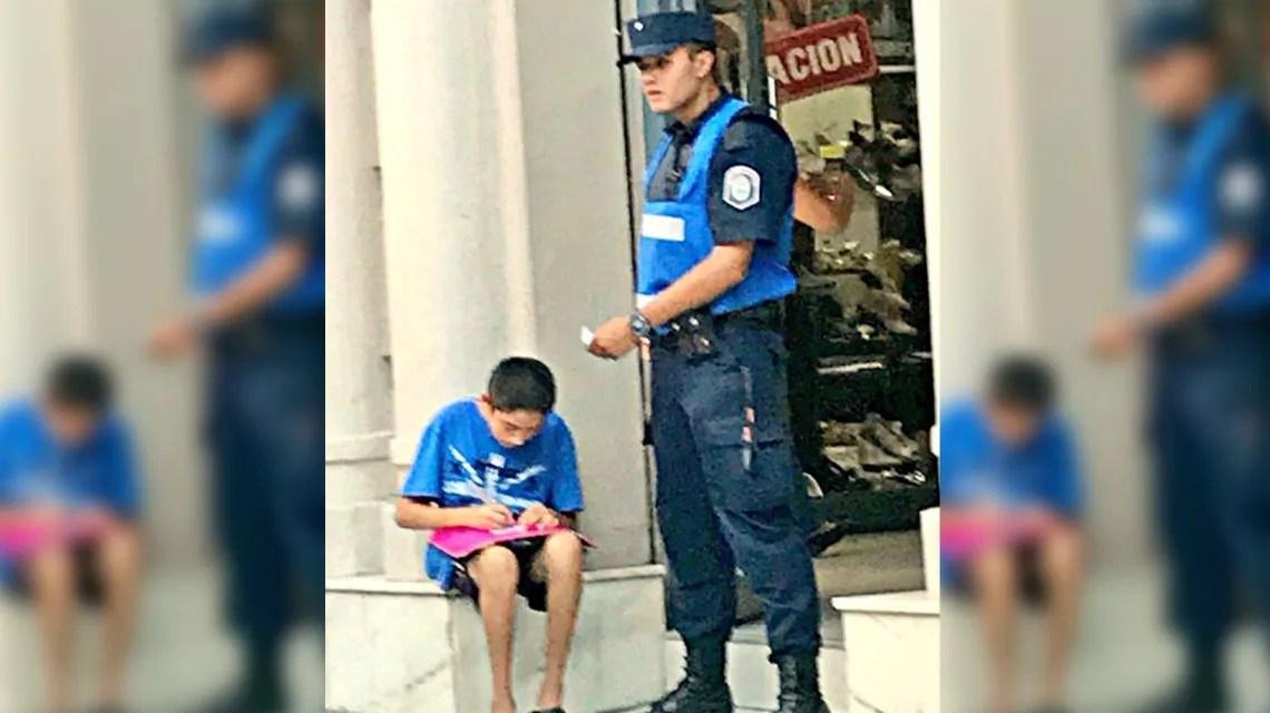 La historia de la foto que emociona: el policía que ayuda a estudiar a un nene, Periódico San Juan