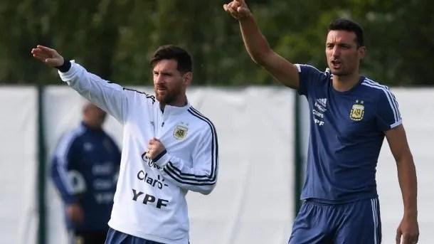 Lionel Messi y Lionel Scaloni durante un entrenamiento del ciclo Sampaoli<br data-recalc-dims=