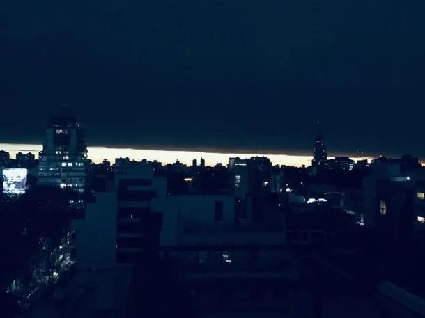 La Luna tapó al Sol a las 17.40 y así se vio la Ciudad de Buenos Aires: completamente oscura.