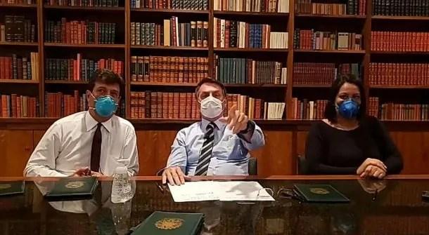 El presidente de Brasil, Jair Bolsonaro, irrumpió con barbijo por el coronavirus en su transmisión de Facebook Live de los jueves
