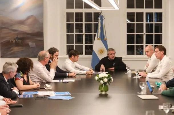 Axel Kicillof, Alberto Fernández y Horacio Rodríguez Larreta en la punta de la mesa de la sala de reuniones de la Quinta de Olivos