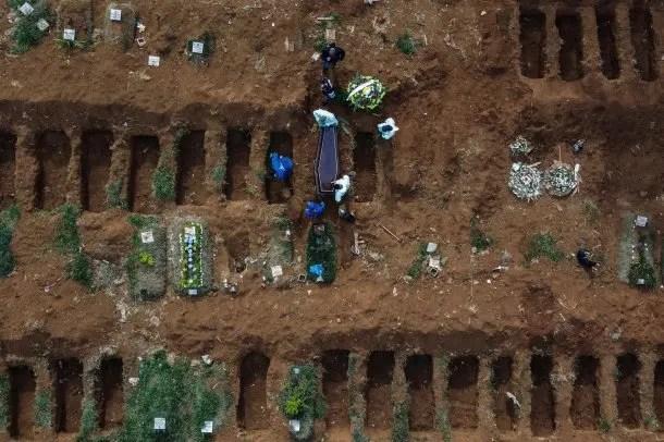 Los cementerios están desbordados de muertos por coronavirus en Brasil