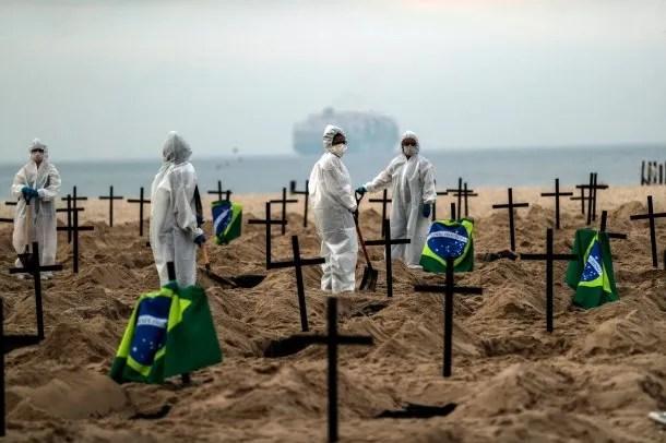 Río de Janeiro, Brasil: cavan fosas comunes en la playa de Copacabana