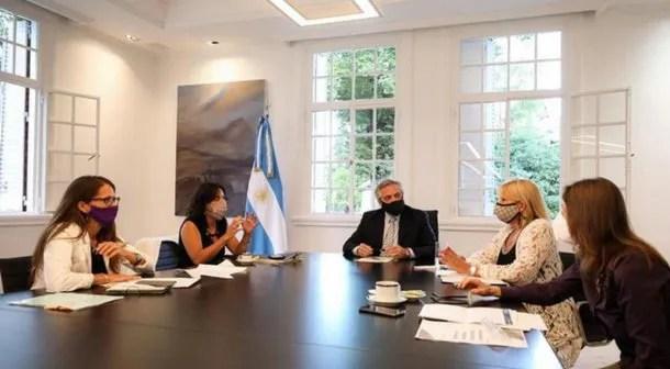 Alberto Fernández junto a Elizabeth Gómez Alcorta, Marcela Losardo, Sabina Frederic y Vilma Ibarra