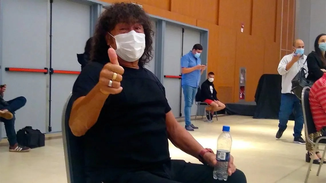 la Mona Jiménez sacó turno, hizo fila y se vacunó contra el coronavirus