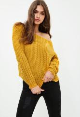 Pull jaune tricoté épaules dénudées