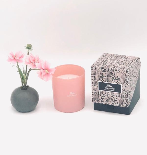 """Presentpåse: MEYA doftljus """"Rosa Fantasy"""" och blomma"""