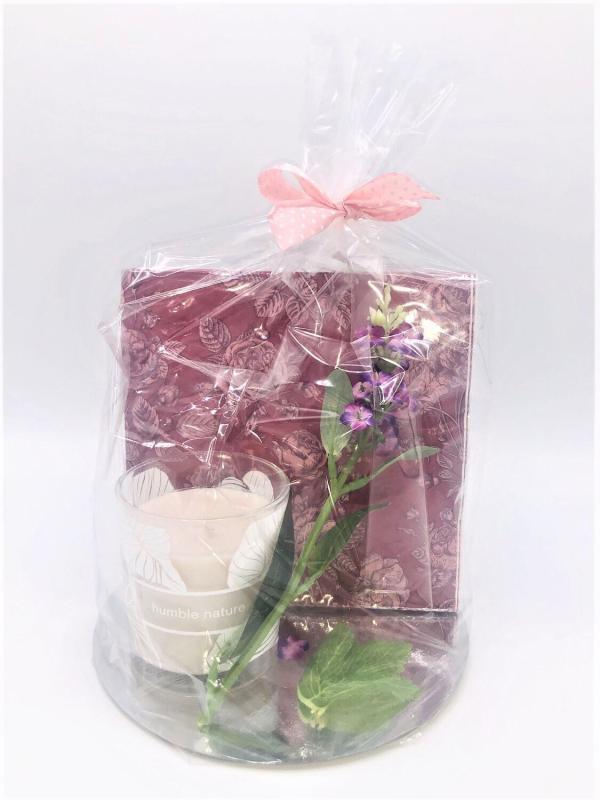 Presentpåse: Duni doftljus, servetter, blomsterkvist