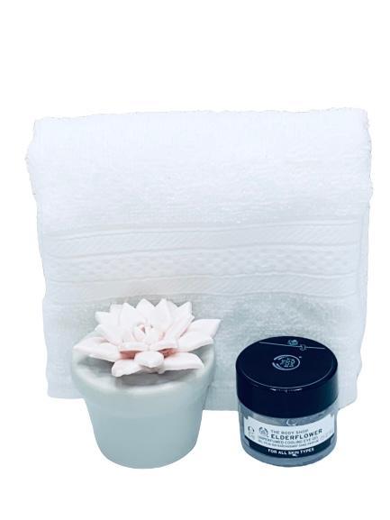 Presentpåse - frotté, keramik blomma, ögoncreme Body Shop