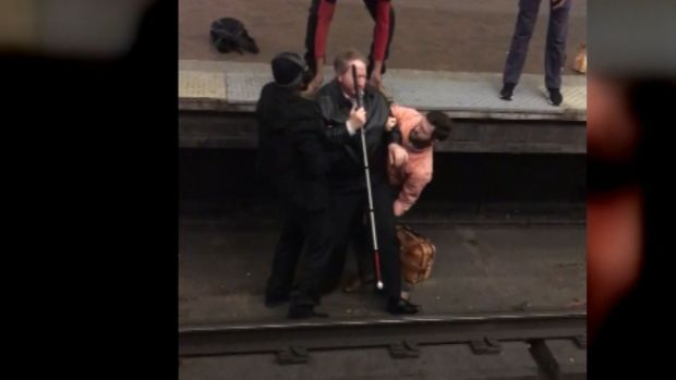 [NATL] Man With Cane Falls Onto Train Tracks, Rescued by Quick Commuters
