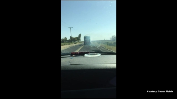 (LA) El video muestra los momentos antes de que los camiones de basura se incendiaran