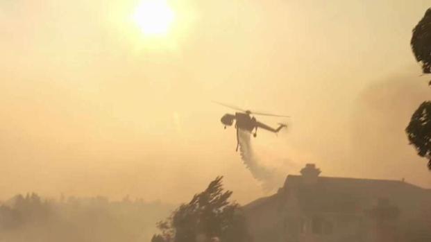 (LA) El helicóptero de bomberos protege los hogares del fuego de SoCal