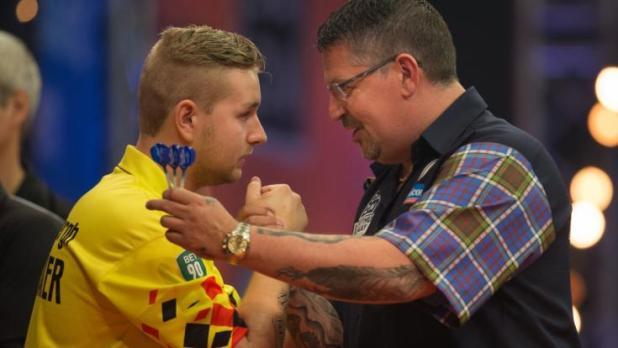 Darts-Youngster Dimitri van den Bergh (li.) aus Belgien bezwang den Schotten Gary Anderson (re.) im Finale des World Matchplay 2020. (Foto)