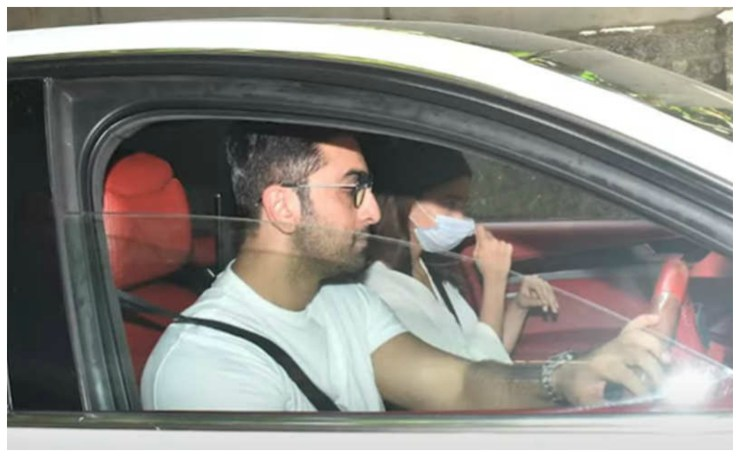 Ranbir Kapoor, who looked more like his girlfriend than his mother, had also arrived as guests in the father's 13th. World Daily News24 - English