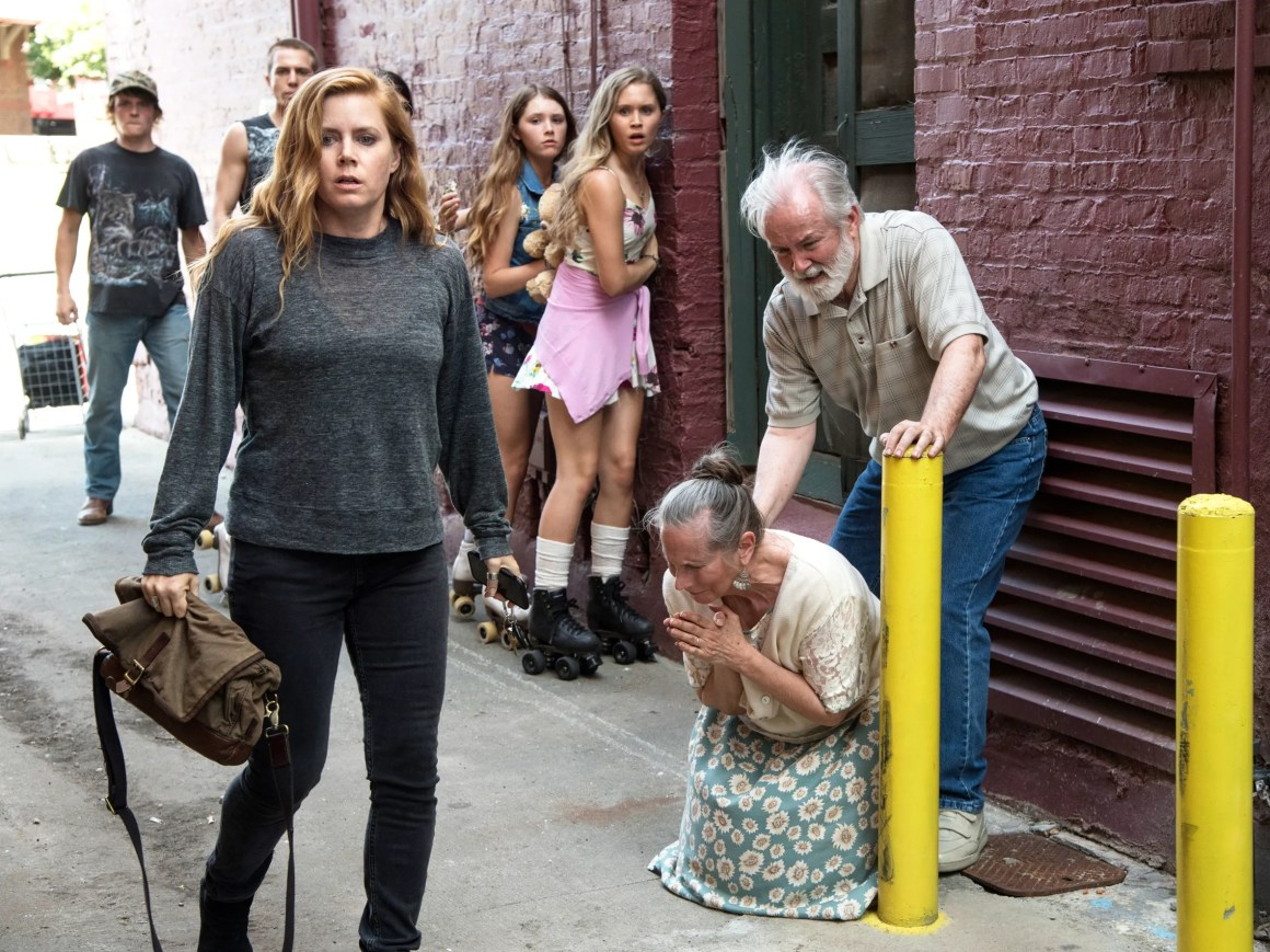 """Amy Adams Unravels in """"Sharp Objects"""" 