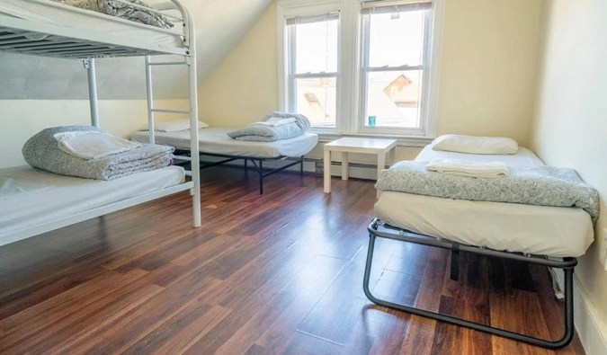 The bunk beds and single beds in a dorm room at Homestel in Boston