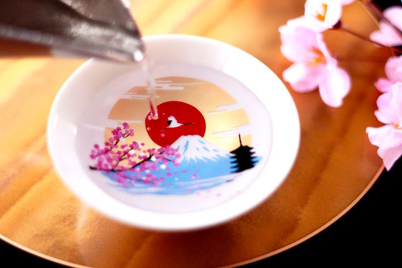 ▲只要您在17度以下享用冷饮,花瓣就会立即变成粉红色,而富士山将逐渐变成蓝色,突出山顶。  (照片/摄于丸木