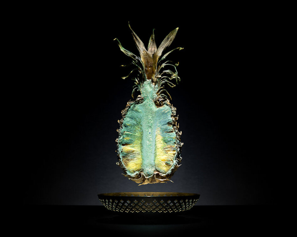 Pineapple Place of production: Guayaquil, EcuadorTransporting distance: 10.666 km (linear distance) Carbon footprint (total) per kg: 11,94 kg  Water requirement (total) per kg: 360 l
