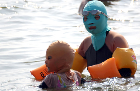 ON CHINESE BEACHES, THE FACE-KINI IS IN FASHION (2/2)
