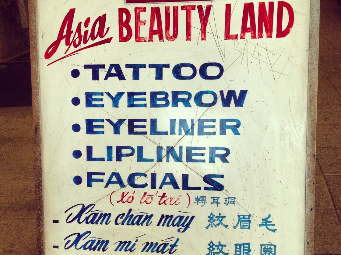 A sign in English, Chinese, and Vietnamese in Chinatown, Los Angeles.