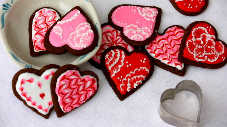 gingerbread heart gingersnap royal icing decorating cookies