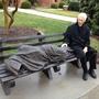 El Rev. David Buck sí Sienta al Lado del Jesús de la Estatua pecado Hogar Que se instaló Frente a do iglesia, episcopal de St. Alban, en Davidson, Carolina del Norte