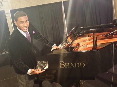 Pianista Christian Sands está com um Piano Shadd no Jazz Festival Mid-Atlantic em 2014.