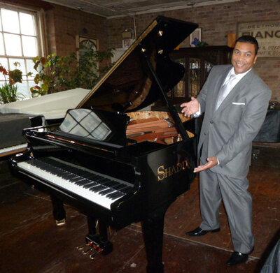 O high-end Setai Fifth Avenue Hotel, em Nova York, agora chamado Langham Place, levou em um dos pianos de Warren Shadd.