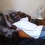 Mallyveen Teah sí Relaja En Su Arlington, Va., Apartamento Despues del Trabajo.