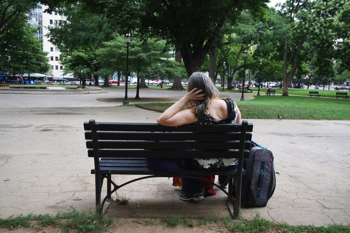 Susan sí Sienta En Un banco del parque en Washington, DC Ella ha teñido Problemas con las personalidades pecado Hogar Durante Casi dos Décadas.