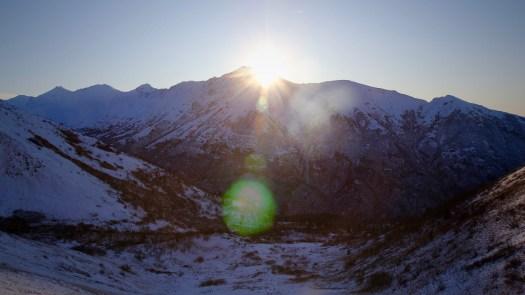 La vue depuis la montagne. Eklutna dans le parc d'État de Chugach. Pour le Black Friday, les frais de stationnement de 5 $ sont annulés à Chugach et dans de nombreux autres parcs - du Parc d'État du Mont Ascutney au Vermont au Parc national du Mont Rainier à Washington.