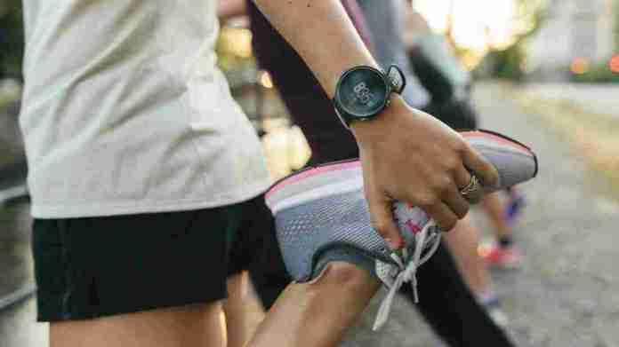 Eine Nahaufnahme einer Frau, die ihre Beine ausdehnt, bevor sie durch die Stadt laufen.